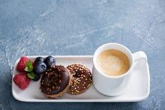 Pequeños mini anillos de espuma y café Imagen de archivo