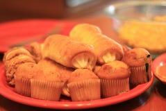 Pequeños molletes y surtido de los pasteles Fotografía de archivo