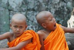 Pequeños monjes en Camboya Imagen de archivo libre de regalías