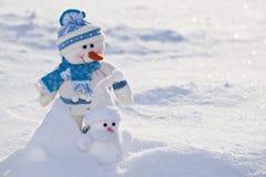 Pequeños muñecos de nieve con la nariz de la zanahoria. Imágenes de archivo libres de regalías