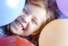 Pequeños muchacha y globos Fotos de archivo libres de regalías