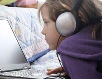 Pequeños muchacha y ordenador Imagen de archivo