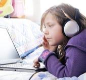 Pequeños muchacha y ordenador Foto de archivo libre de regalías
