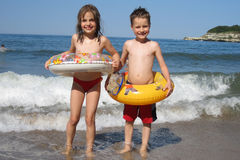 Pequeños muchacho y muchacha en la playa Fotografía de archivo libre de regalías