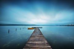 Pequeños muelle y barco en el lago Fotos de archivo libres de regalías
