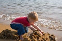 Pequeños niño y mar. Foto de archivo libre de regalías