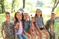 Pequeños niños al aire libre el día soleado Imágenes de archivo libres de regalías