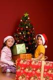 Pequeños niños como Santa en casquillo rojo Fotos de archivo