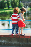 Pequeños niños de abrazo lindos en la 'promenade' Fotos de archivo