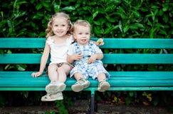 Pequeños niños divertidos hermano y hermana imagen de archivo