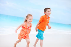 Pequeños niños en la playa Imagenes de archivo