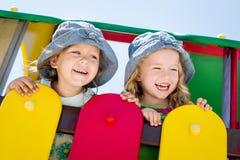 Pequeños niños felices en el patio Fotos de archivo libres de regalías