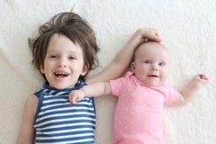 2 pequeños niños felices hermano y hermana Imagen de archivo libre de regalías