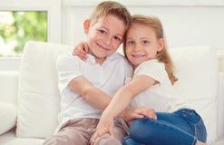 Pequeños niños felices junto en casa Fotografía de archivo libre de regalías