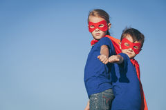 Pequeños niños felices que juegan al super héroe Imagen de archivo libre de regalías