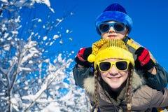 Pequeños niños felices que juegan en día de la nieve del invierno Foto de archivo libre de regalías