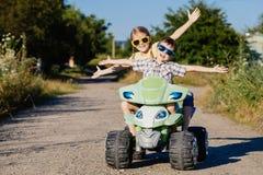 Pequeños niños felices que juegan en el camino en el tiempo del día Imagen de archivo