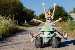 Pequeños niños felices que juegan en el camino en el tiempo del día Imagen de archivo libre de regalías