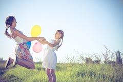 Pequeños niños felices que juegan en el campo en el tiempo del día Fotografía de archivo