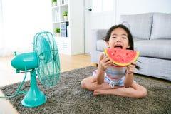 Pequeños niños femeninos lindos del niño que se sientan en piso Imagen de archivo libre de regalías