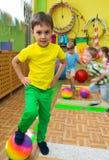Pequeños niños lindos en el gimnasio de la guardería Imagen de archivo