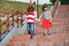 Pequeños niños lindos en la escalera Foto de archivo libre de regalías