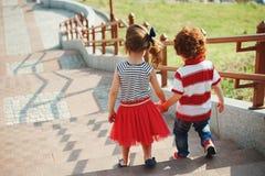 Pequeños niños lindos en la escalera Fotos de archivo libres de regalías