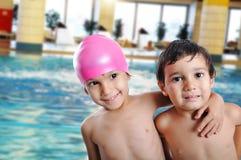 Pequeños niños lindos en piscina Imagenes de archivo