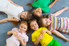 Pequeños niños lindos que mienten en piso Foto de archivo libre de regalías