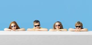 Pequeños niños lindos que se relajan junto Fotografía de archivo
