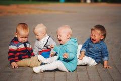 Pequeños niños lindos que se sientan en el círculo Fotos de archivo libres de regalías