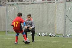 Pequeños niños que juegan a fútbol o a fútbol Foto de archivo