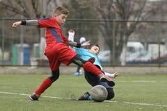 Pequeños niños que juegan a fútbol o a fútbol Imagenes de archivo