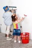 Pequeños niños que lavan una pared Imagen de archivo libre de regalías