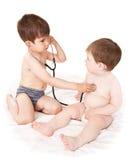 Pequeños niños y un estetoscopio Foto de archivo libre de regalías