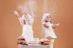 Pequeños panaderos lindos Imagenes de archivo