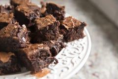 pequeños pedazos de brownie en la placa blanca imagen de archivo libre de regalías