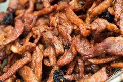 Pequeños pedazos fritos de carne de vaca del cerdo en bulto imagen de archivo