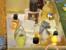 Pequeños perfumes viejos para la venta en un mercado de pulgas Imagen de archivo libre de regalías