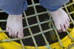 Pequeños pies de los muchachos foto de archivo libre de regalías