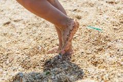 Pequeños pies en la orilla Foto de archivo libre de regalías