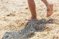 Pequeños pies en la orilla Imagen de archivo