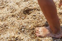 Pequeños pies en la orilla Fotos de archivo libres de regalías