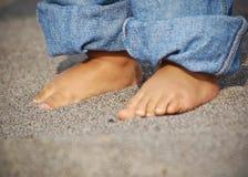 Pequeños pies en la playa Imagenes de archivo