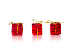 3 pequeños presentes del rojo de la Navidad en el fondo blanco Imagen de archivo libre de regalías