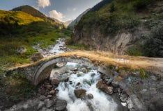 Pequeños puentes viejos y nuevos en una meseta en las montañas en la región del Mar Negro, Turquía de Kackar fotografía de archivo
