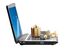 Pequeños regalos sobre una computadora portátil Foto de archivo libre de regalías