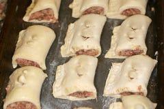 Pequeños rodillos de salchicha preparados y congelados. Fotos de archivo libres de regalías