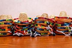 Pequeños sombreros mexicanos o sombreros apilados para arriba encima de uno a fotografía de archivo