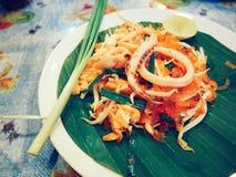 pequeños tallarines de arroz sofritos del estilo tailandés con el calamar o pud tailandés con el calamar Imagen de archivo
